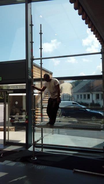 Installation d'un film de protection solaire sur les vitrages d'un complexe sportif